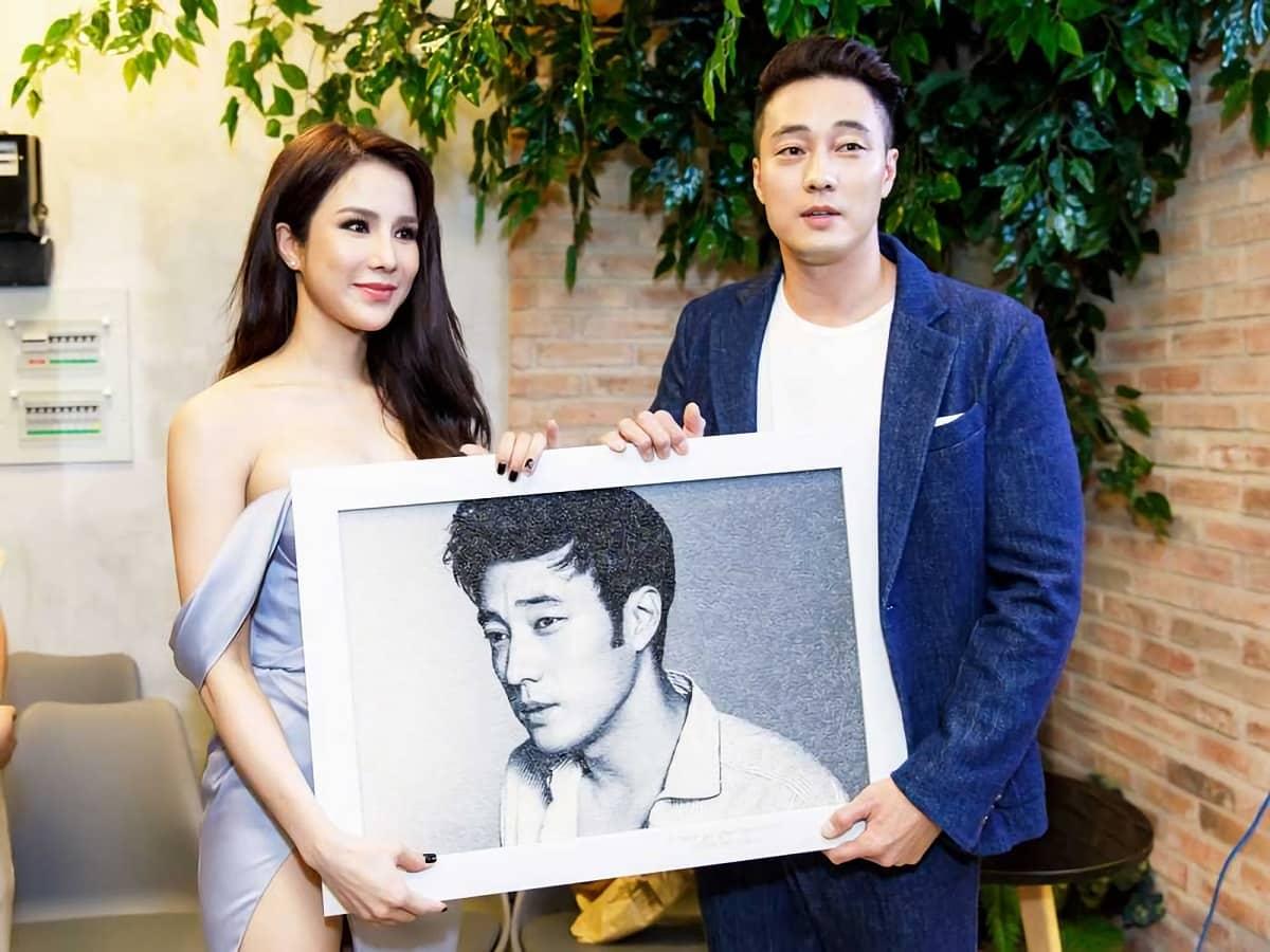 Diệp Lâm Anh mời So Ji Sub để tham dự lễ khai trương quán trà sữa